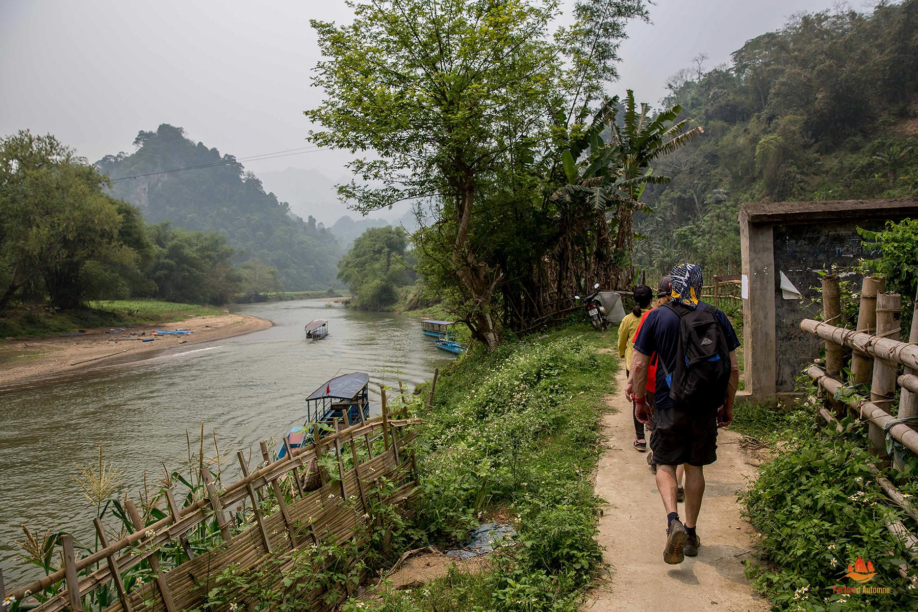 Voyageurs marchant le long de la rivière Nang, Parc National de Ba Be, Vietnam