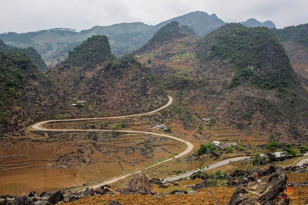 Route serpentant dans le plateau de Dong Van, Ha Giang, Vietnam