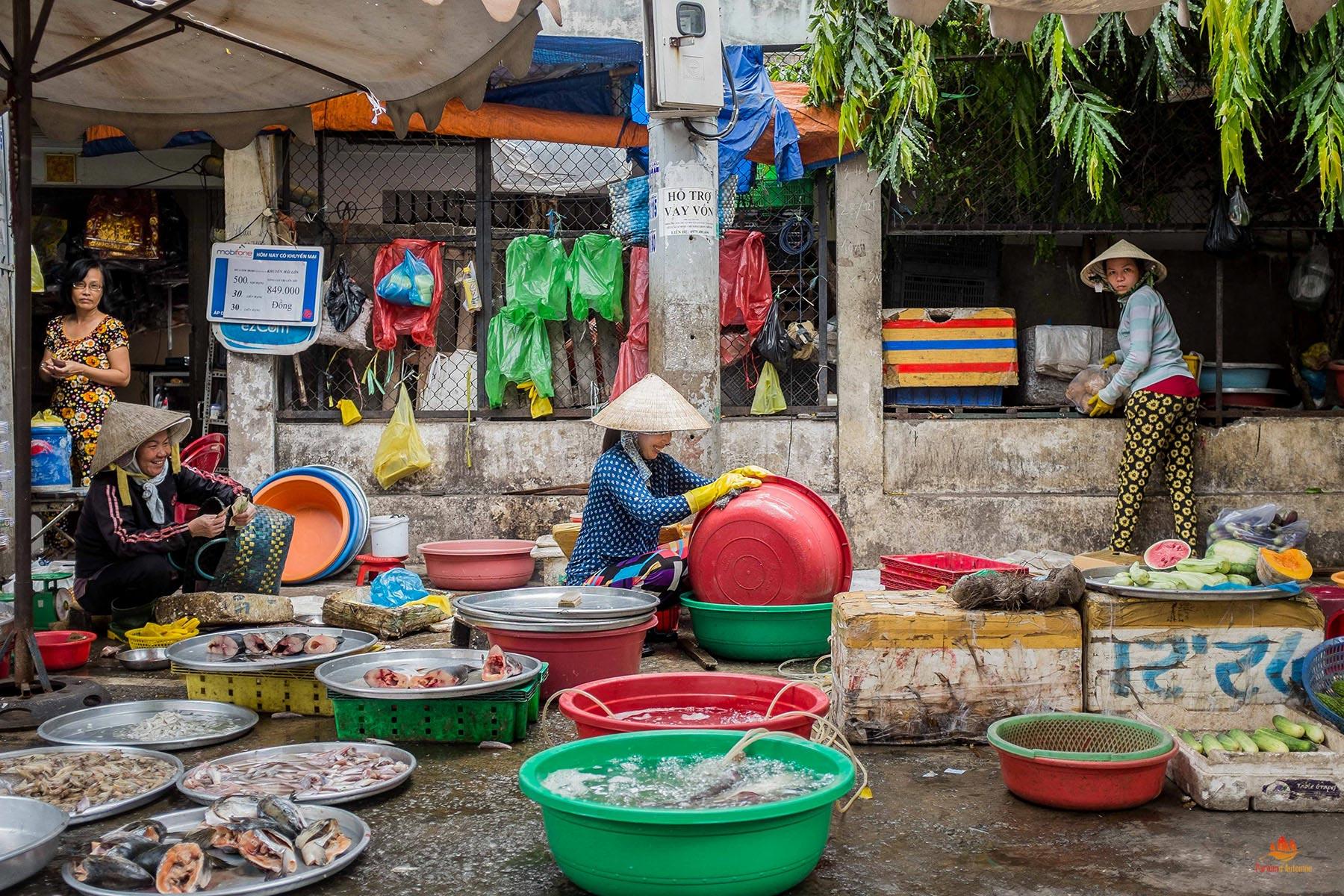 Vendeuse de poissons dans les rues de Saigon, Vietnam