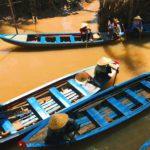 Sampans naviguant sur les arroyos du Delta du Mékong, Vietnam