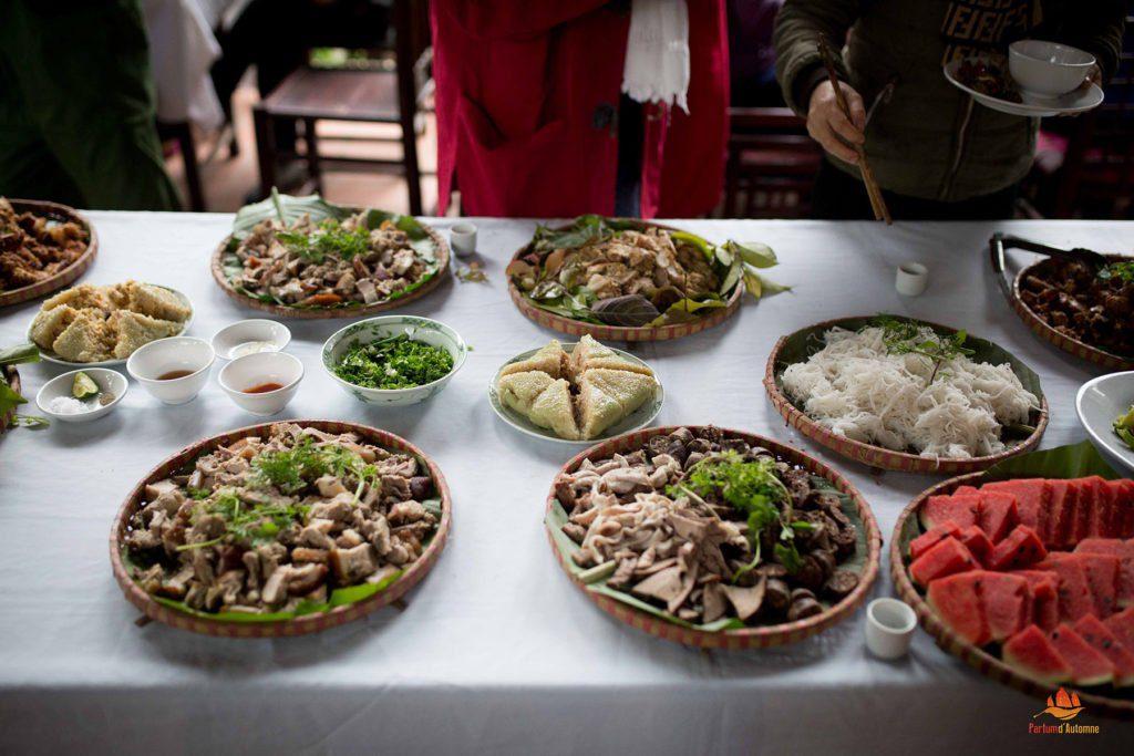 Le banh chung au centre des mets sur la table pendant le Têt au Vietnam