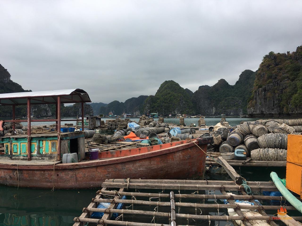 Village de pêcheurs, Baie d'Halong, Vietnam