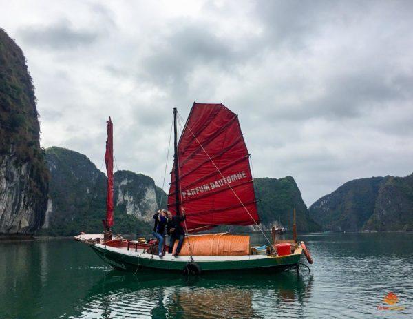 Le bateau de pecheurs Parfum d'Automne, Baie de Lan Ha, Vietnam