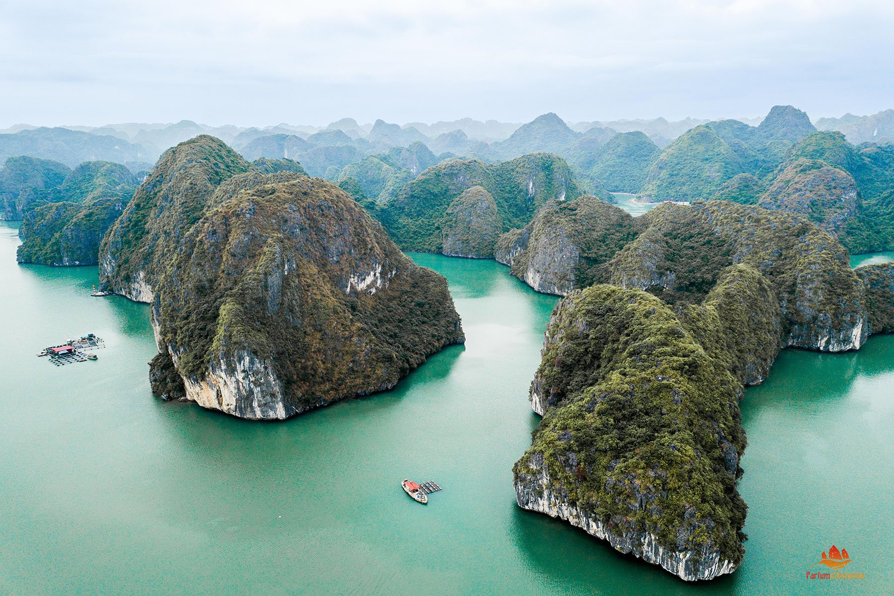Pitons rocheux vu du ciel, Baie de Lan Ha, Vietnam