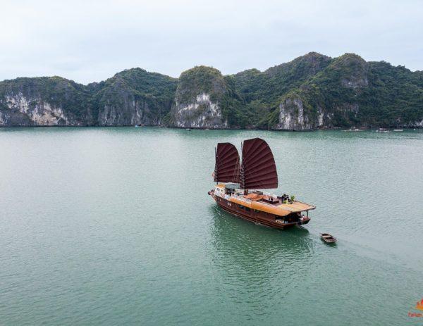 Jonque Quatre Saison naviguant dans la Baie de Lan Ha, Baie d'Halong, Vietnam