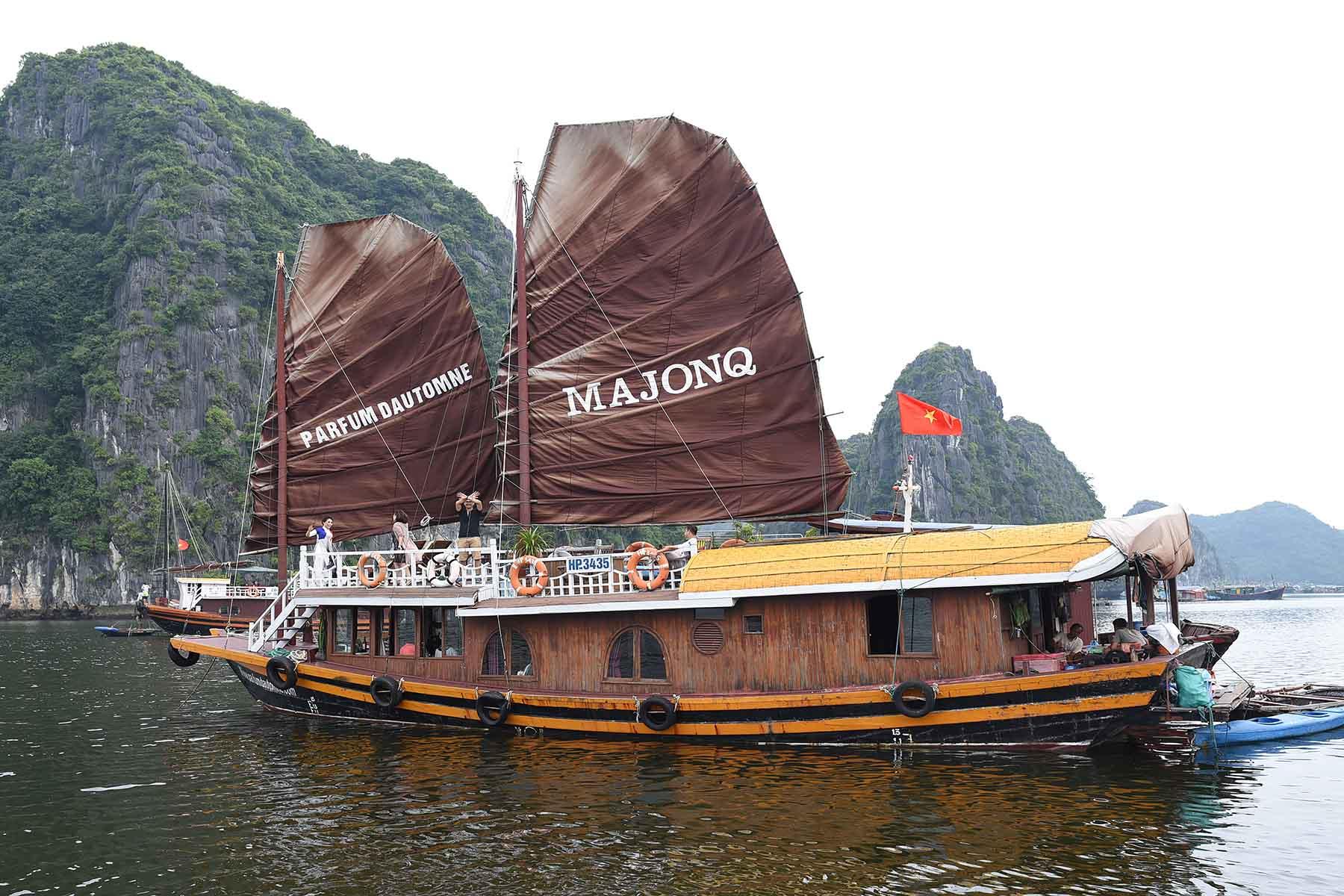 Jonque Majonq dans la Baie d'Halong, Vietnam