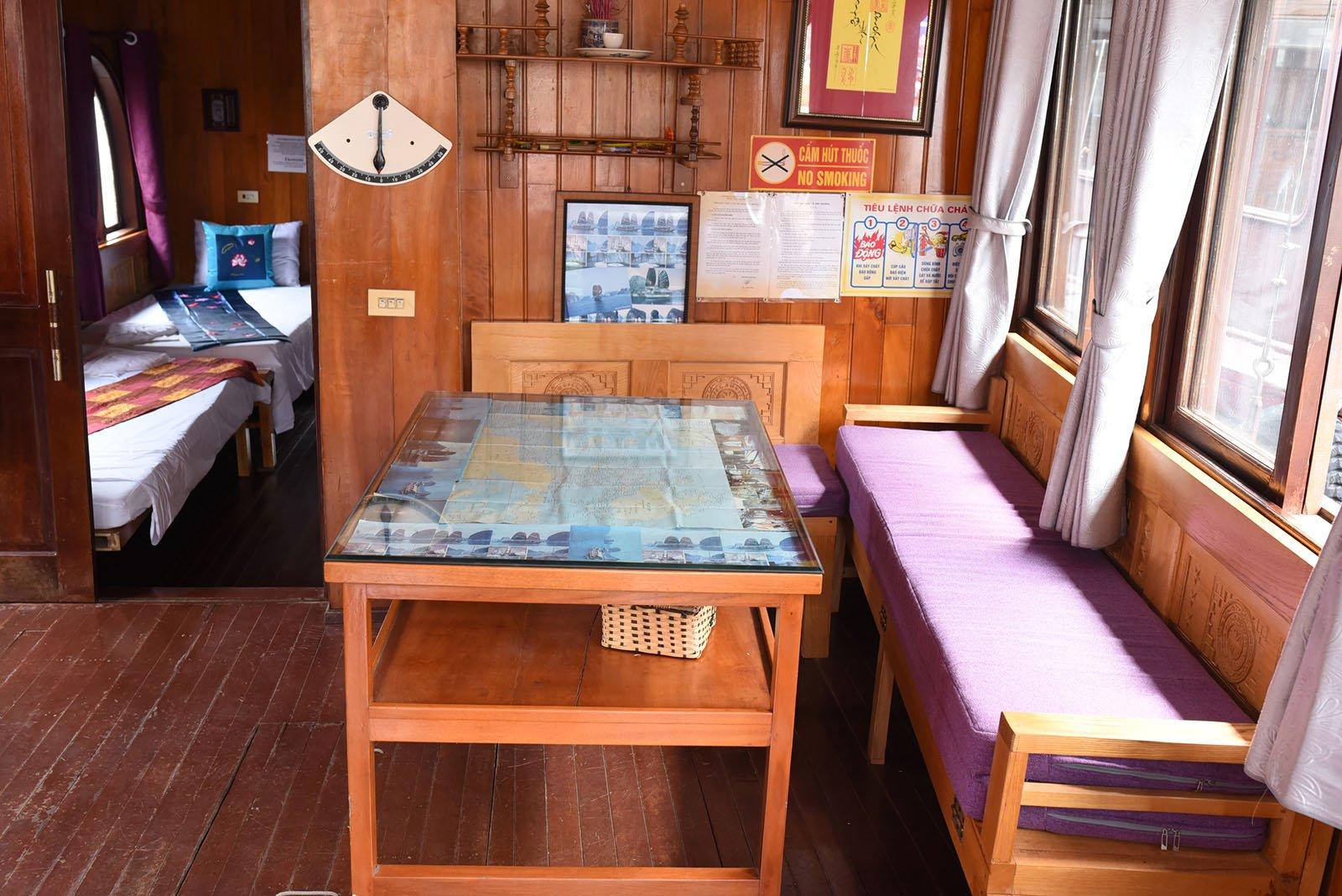 Salon interieur de la jonque Majonq, Baie d'Halong, Vietnam