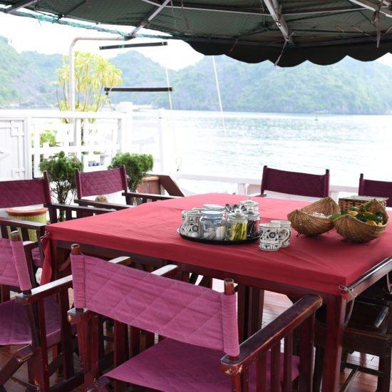 Table exterieur de la jonque Majonq, Baie d'Halong, Vietnam