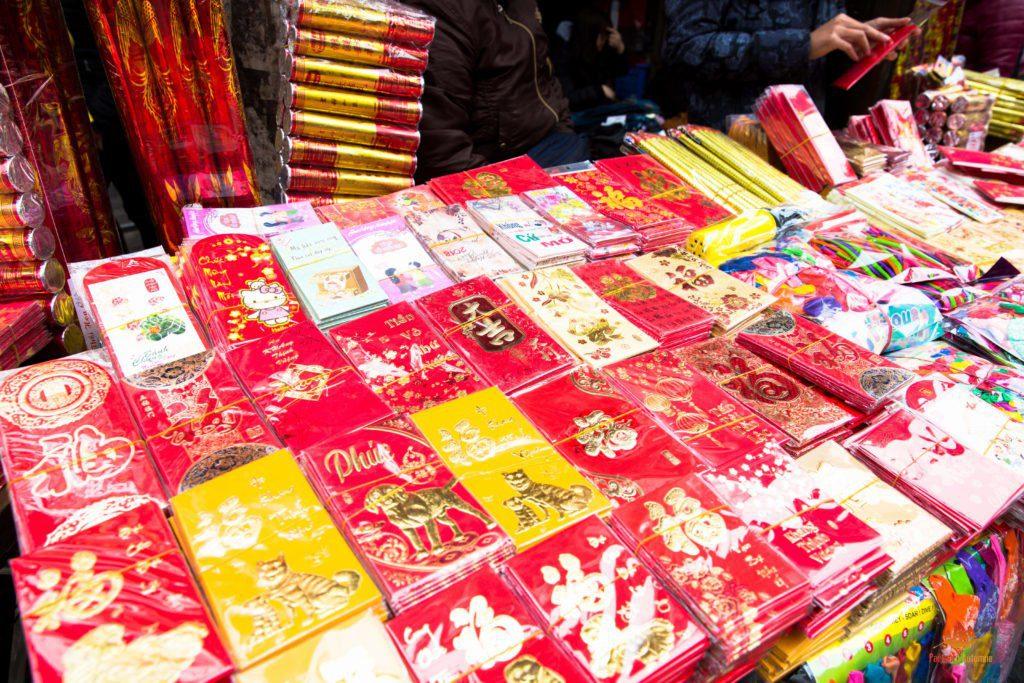 Enveloppes rouges en vente dans la rue Hang Ma à Hanoi, Vietnam