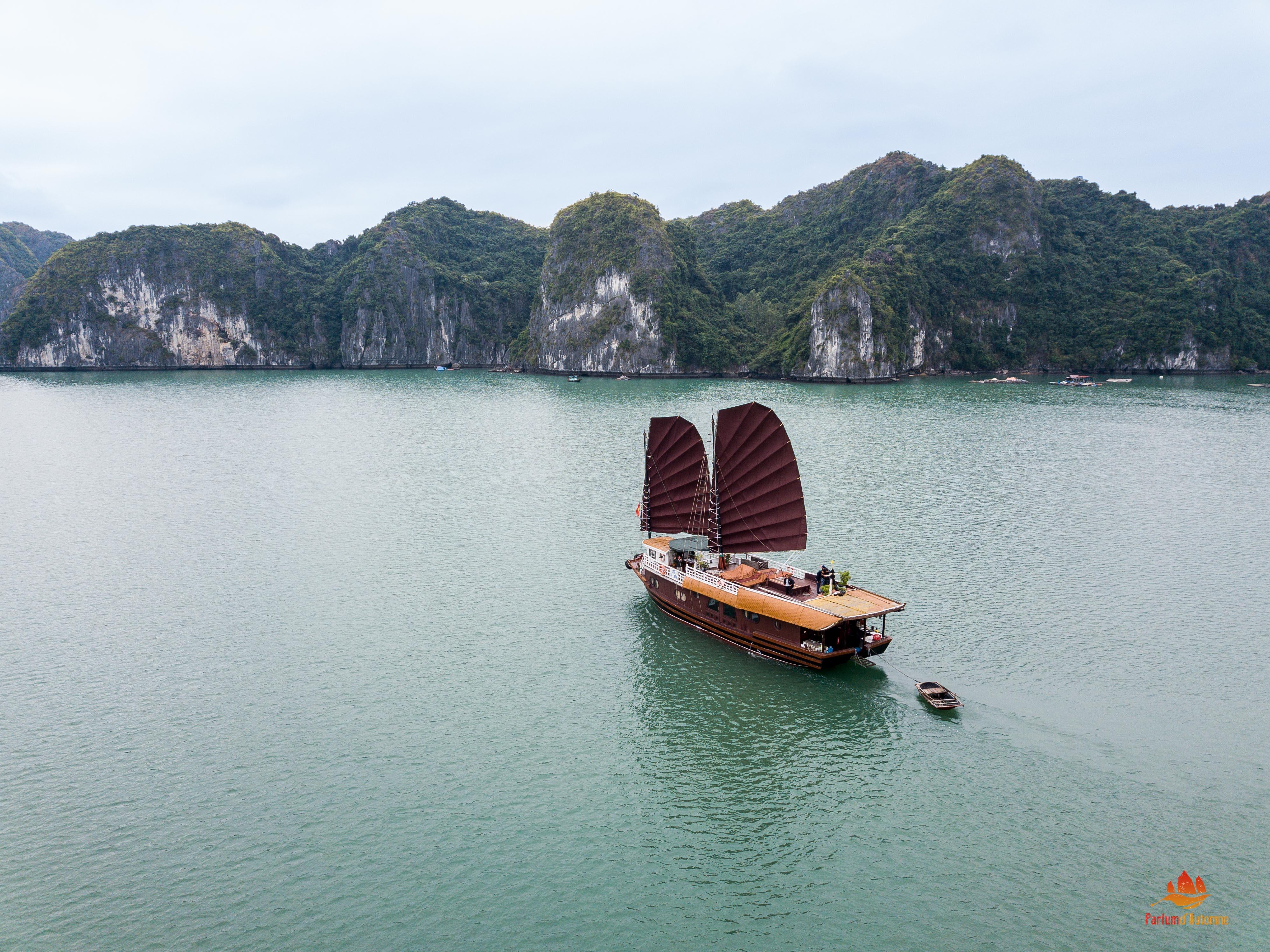 Jonque Quatre Saisons vue du ciel, Baie d'Halong, Vietnam