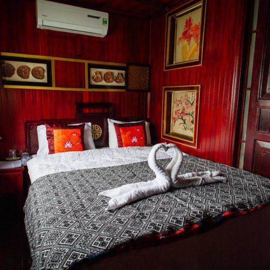 Cabine avec un lit double dans la jonque Quatre Saisons, Baie d'Halong, Vietnam