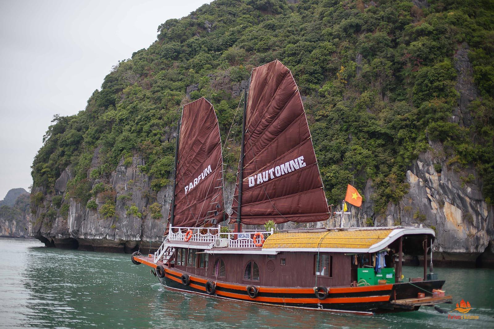 Jonque Majonq vue de l'extérieur, Baie d'Halong, Vietnam