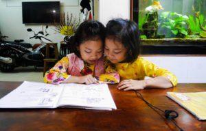 Filles de Huong en train d'apprendre le francais, Chez Huong, Maison d'Hôtes, Parfum d'Automne, Hanoi, Vietnam
