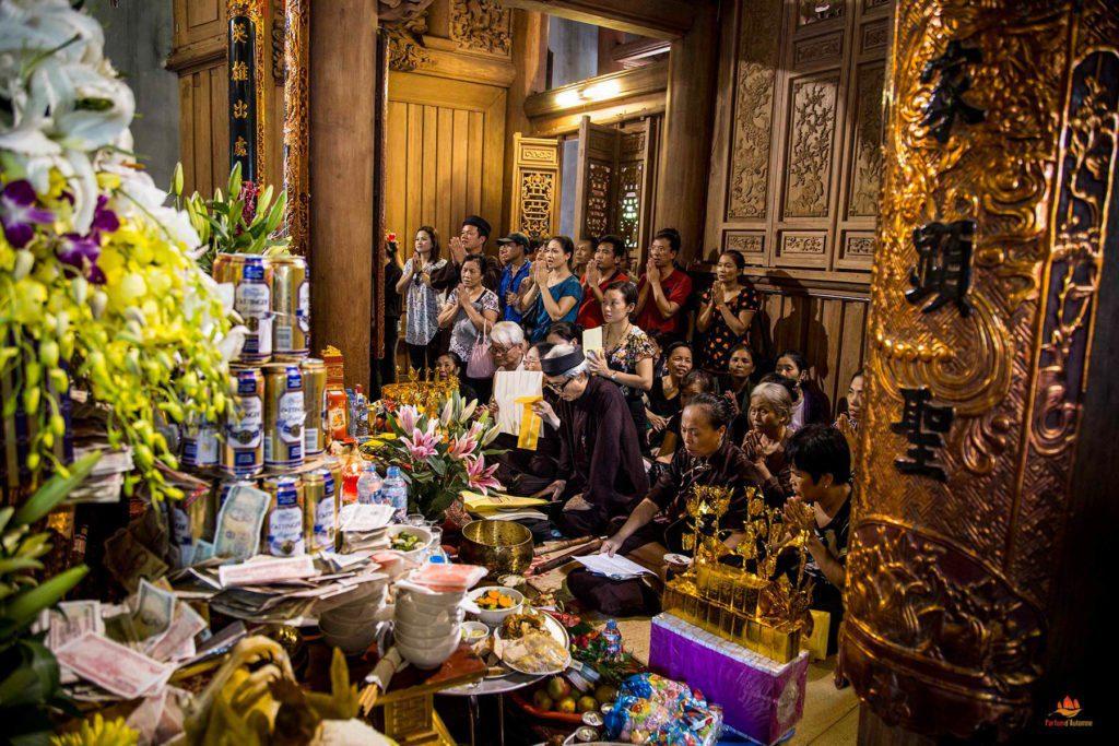 Ferveur spirituelle autour de l'hotel du héros Tran Hung Dao durant un Festival dans les environs d'Hanoi, Vietnam