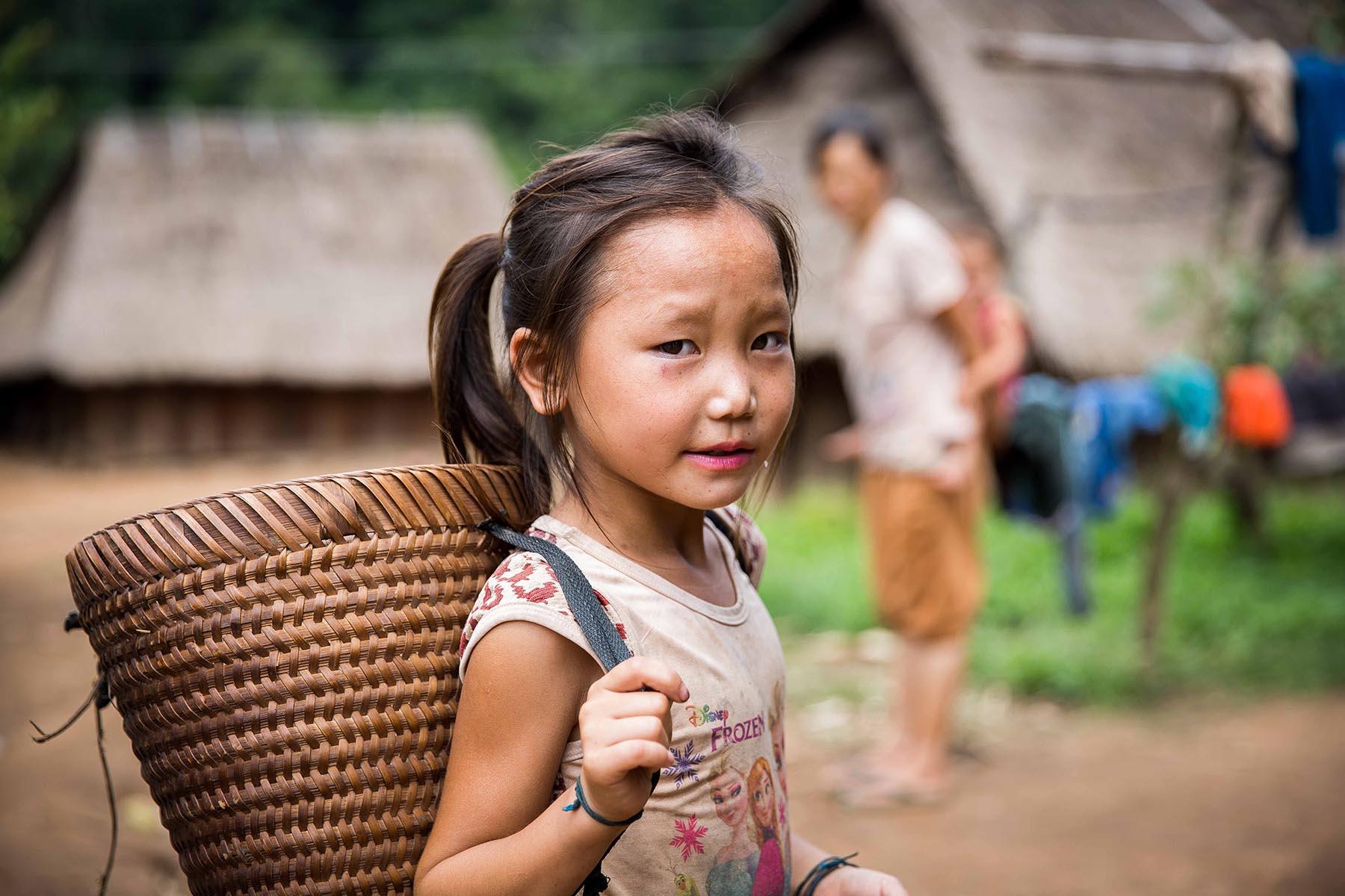 Petit fille dans un village du Nord Laos