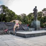Hanoien faisant du skate sur la place Lenin, l'une des seules statues au monde représentant encore Lénine, Vietnam